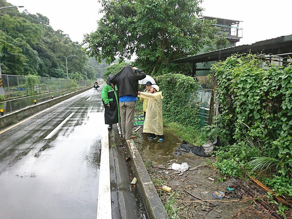 汐止區大同路一段靠近北山大橋旁邊,前陣子汐止大雨,水又像瀑布一樣衝進民宅,地方會...