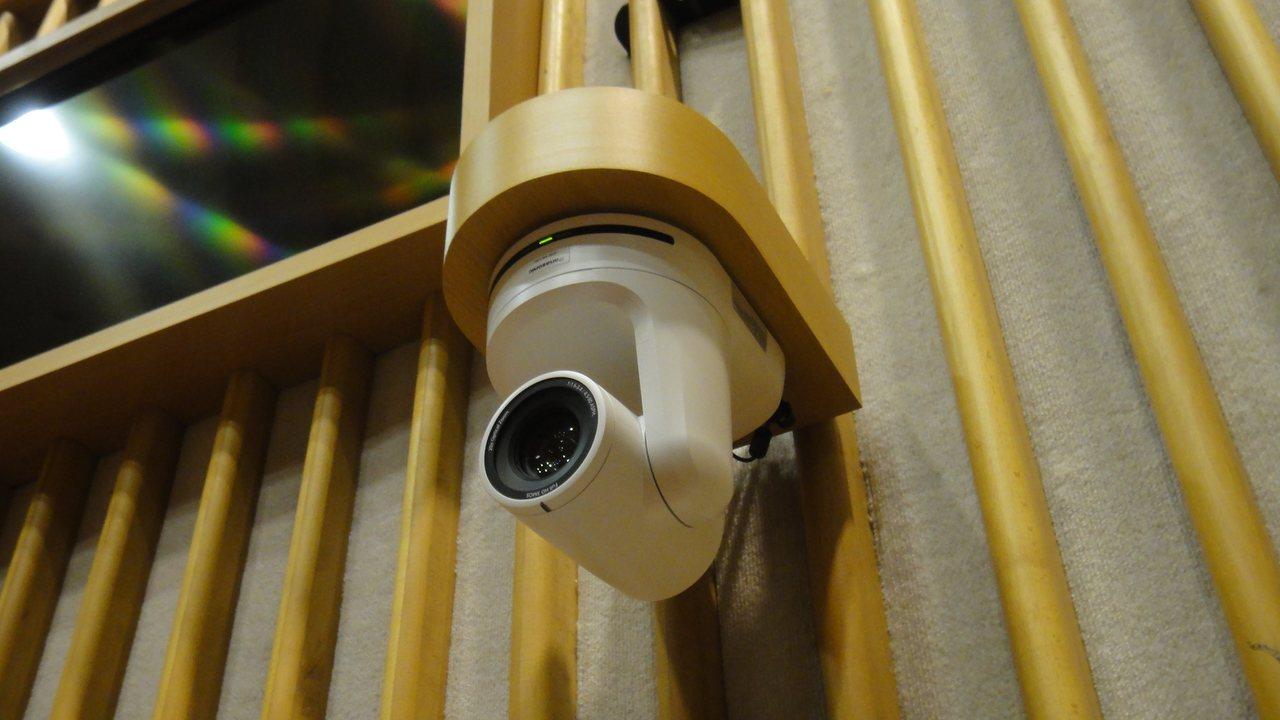 屏東縣議會議事廳內新裝設8隻錄影機,今年開始提供線上直播服務。記者蔣繼平/攝影