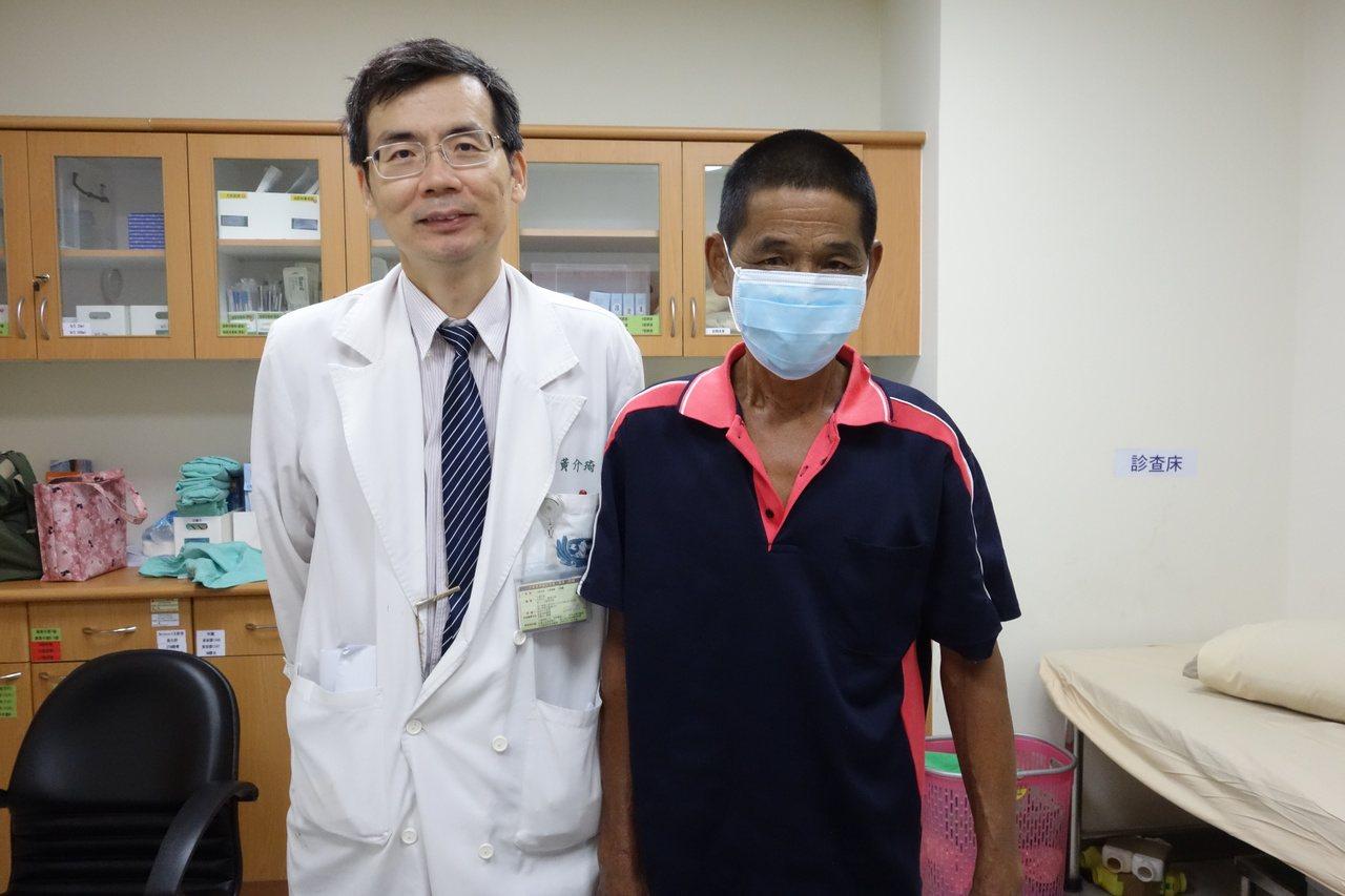 孫姓男子(右)感謝醫生黃介琦的救命恩情。圖/大林慈濟醫院提供