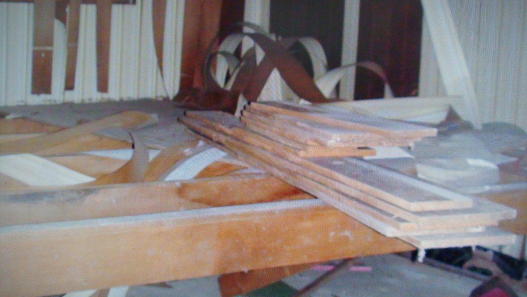 葉男凌晨進入民宅,已將許多床板拆解待搬。記者卜敏正/攝影