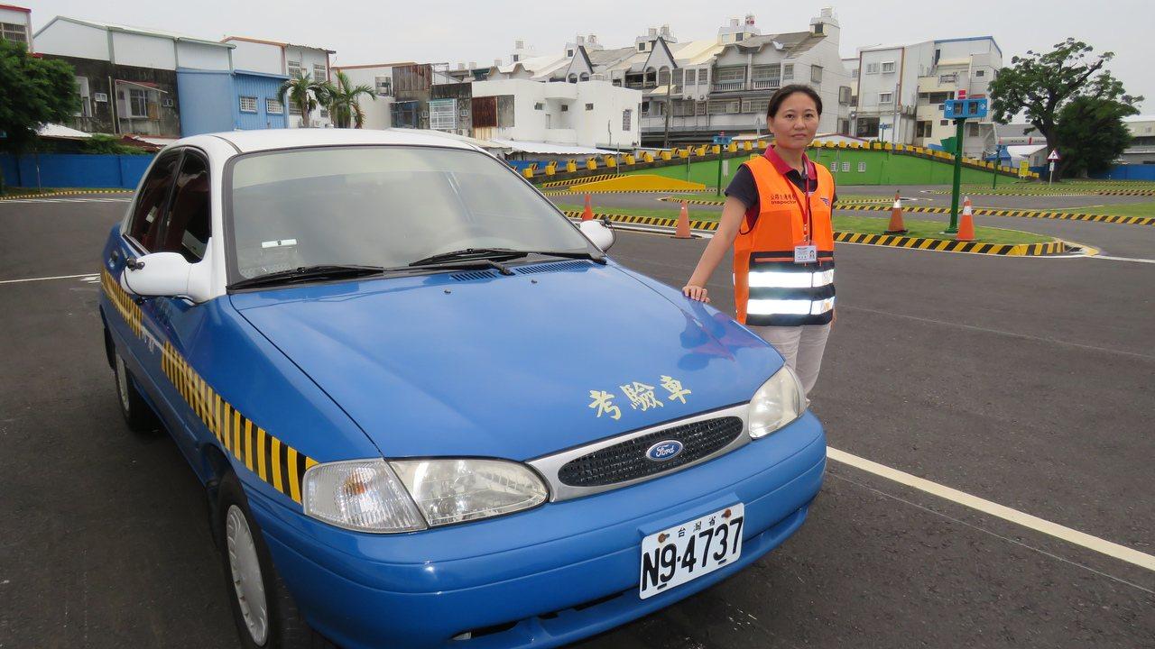 台東監理站首位女性汽車考驗官吳孟倩,讓考照的民眾十分驚訝。記者潘俊偉/攝影