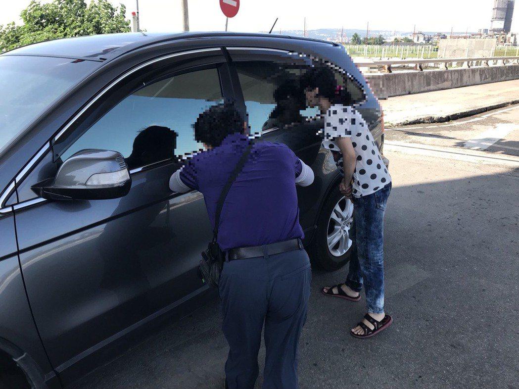 2個月大男嬰被鎖車內,台中市警方及時救援。記者游振昇/翻攝