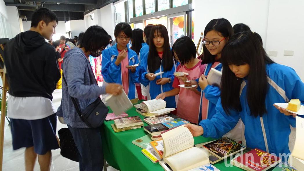 館方推出免費限量書籍贈送好康,吸引大小朋友來挑選。記者謝進盛/攝影