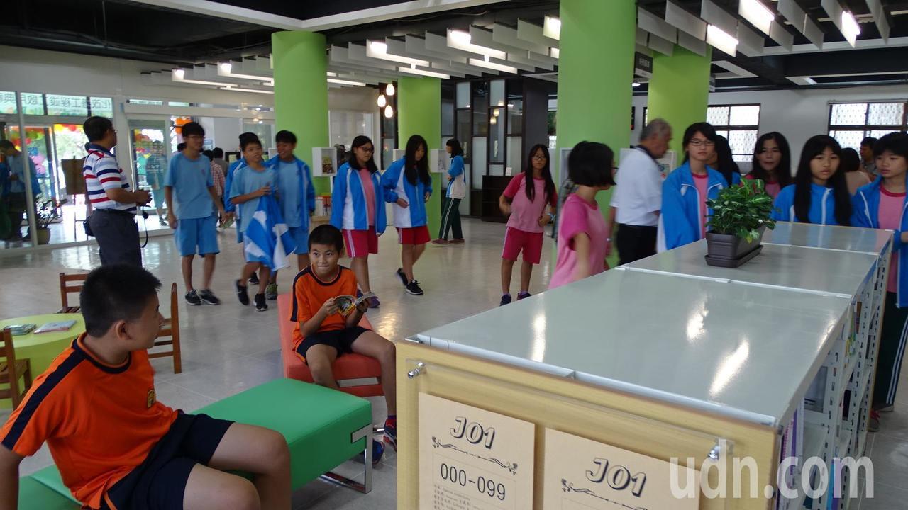 台南市安定區圖書館上午重新啟用,空間更寬敞、明亮。記者謝進盛/攝影