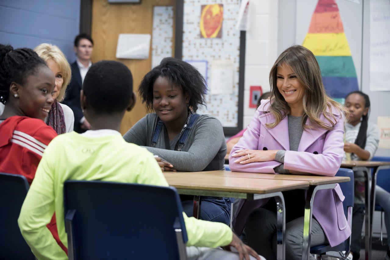 美國第一夫人梅蘭妮亞(右) 23日應「國際反霸凌月」活動現身密西根州中學,與學生...