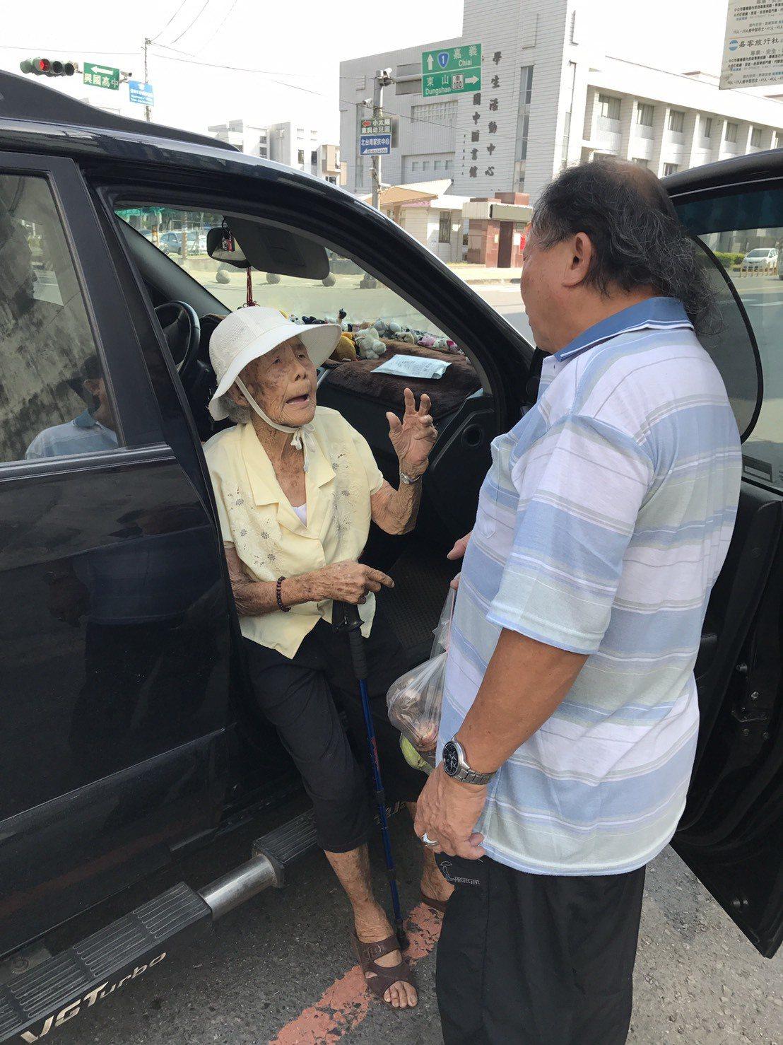 94歲阿嬤林玉桂(左)一再向民進黨台南市新營區黨部黨工毛明輝(右)感謝。圖/黨工...