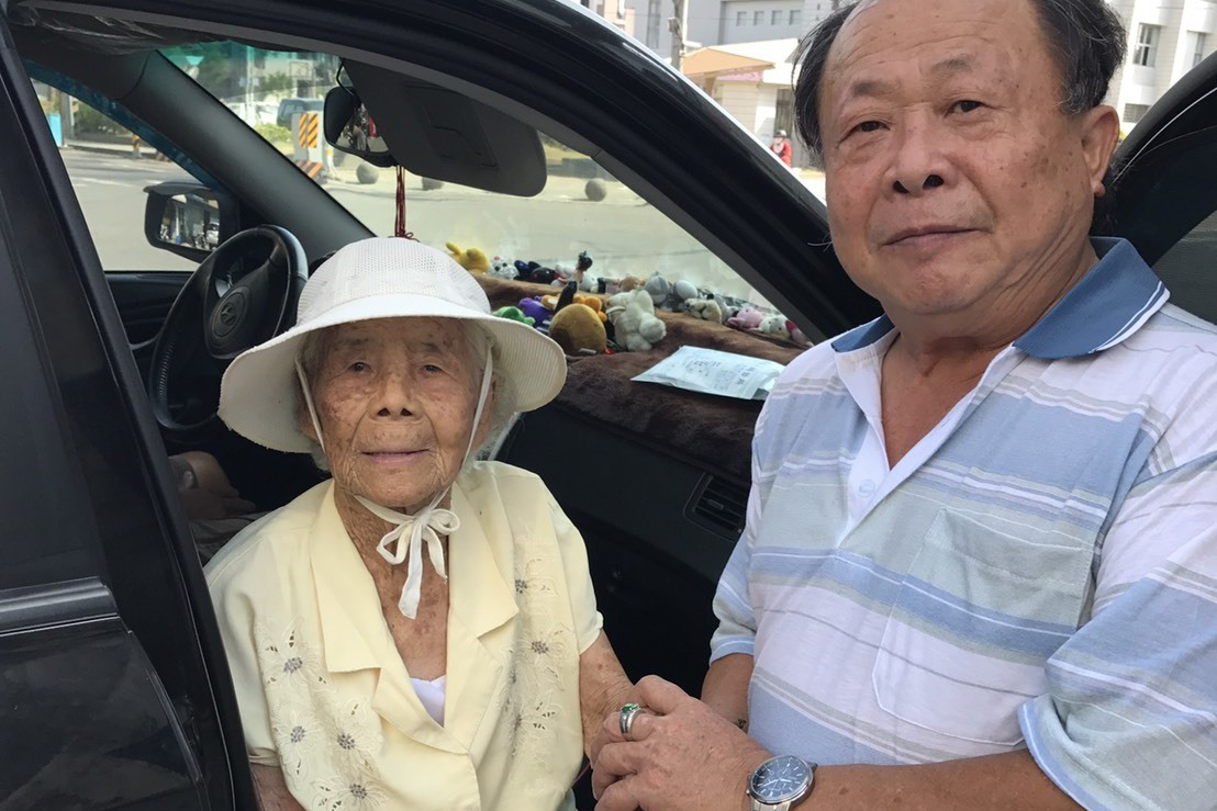 94歲阿嬤林玉桂(左)送民進黨台南市新營區黨部黨工毛明輝(右)親種的果菜。圖/黨...