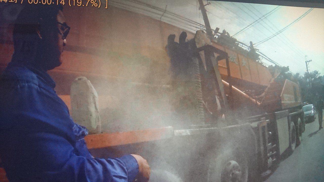 45噸吊車行走南橫公路起火燃燒,山區員警攔車告知,並協助滅火。記者徐白櫻/翻攝