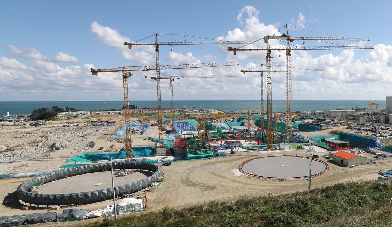 南韓政府尊重民意,將儘速讓兩座興建中的核電機組復工。(歐新社)