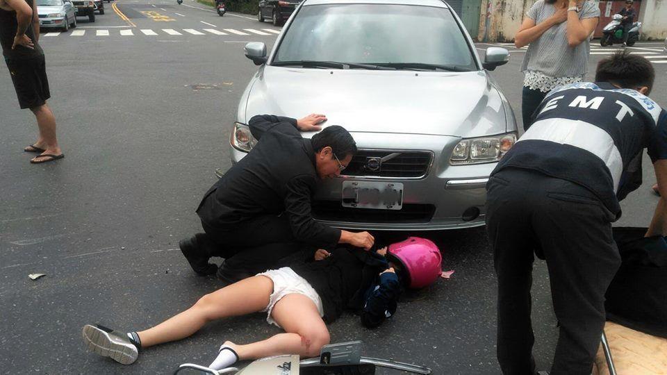嘉義市長涂醒哲是醫師出身,他在跑行程時目賭交通事故,急忙下車查看傷者。圖/嘉義市...