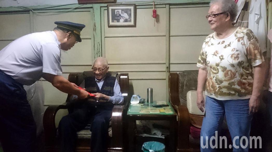 市警局長黃宗仁今天探訪102歲前輩林基祥,預祝重陽節快樂,林老太太非常開心。記者...