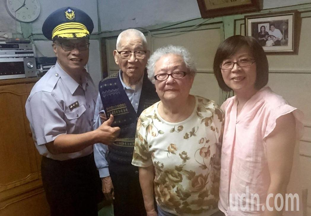 市警局長黃宗仁今天探訪102歲前輩林基祥,預祝重陽節快樂,林基祥的老伴與女兒都很...