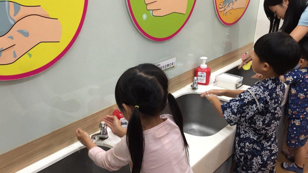 高雄市出現首例腸病毒重症個案,所幸該名7歲女童16日已康復出院,衛生局呼籲小朋友...