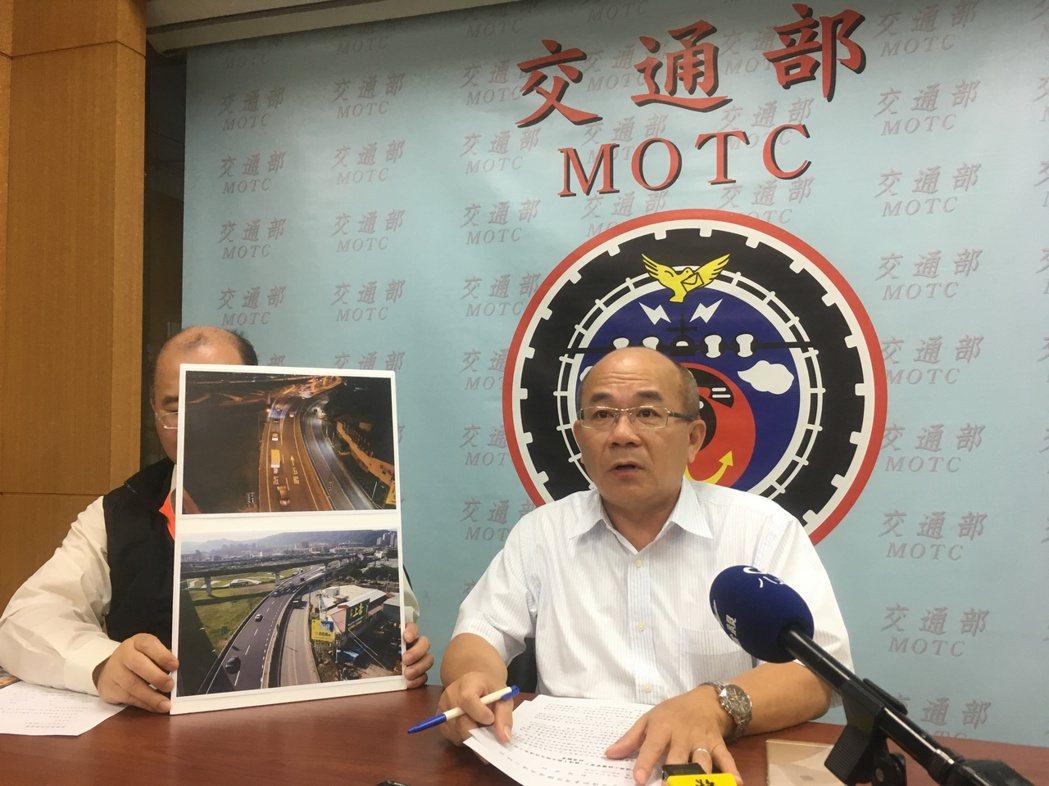 高公局長吳木富說明國道1號五股交流道南下出口拓寬工程。記者雷光涵/攝影