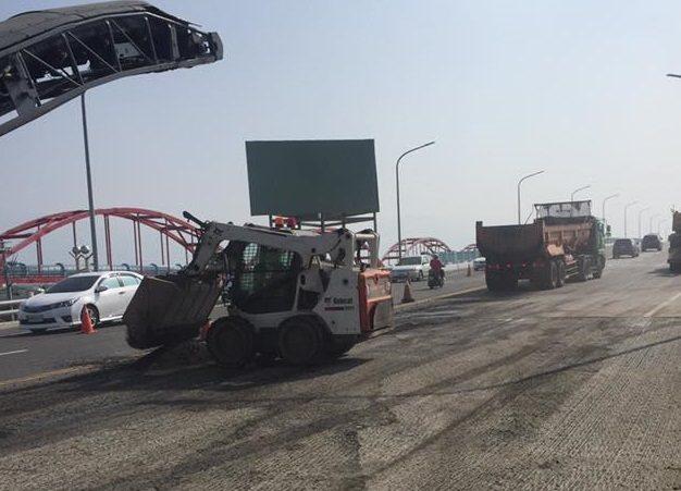 林邊大橋今天開始進行南下路面重鋪工程,重車頻繁進出。記者蔣繼平/攝影