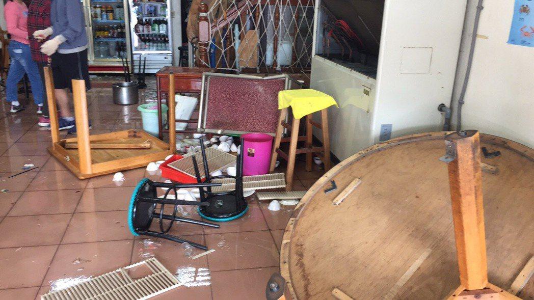 深澳漁港一家老字號餐廳被砸店。記者游明煌/翻攝