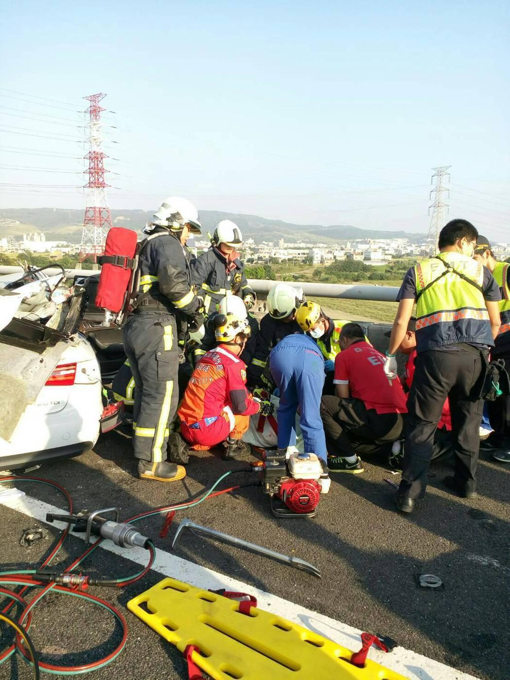 國三北上龍井和美路段發生車禍,消防人員全力搶救。圖/和美消防分隊提供