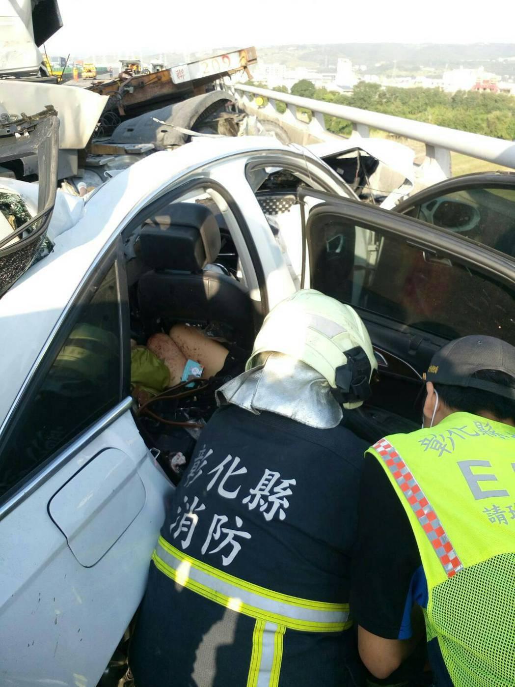 國三北上龍井和美路段發生車禍,消防救難人員破壞車體拉出駕駛人一家3口。圖/和美消...
