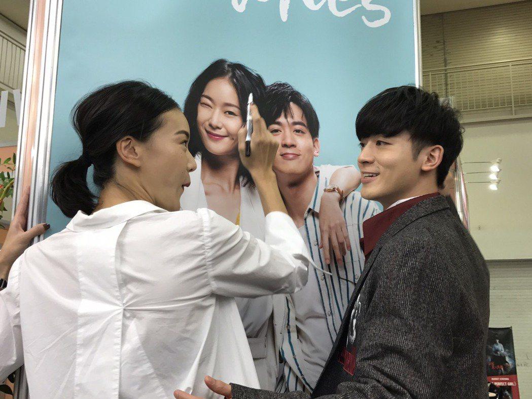 鍾瑤(左)和吳思賢出席東京電視節,在新戲「姊的時代」海報上簽名。 記者楊起鳳/攝...