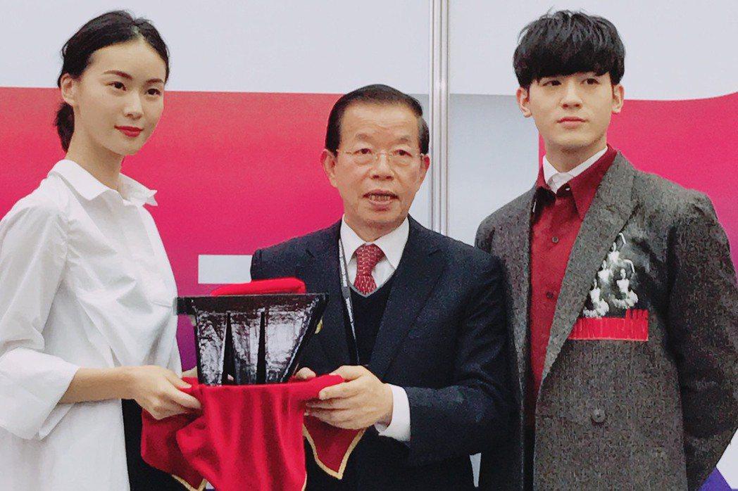 鍾瑤(左)和吳思賢出席東京電視節,擔任台灣館大使,駐日代表謝長廷也到場。記者楊起