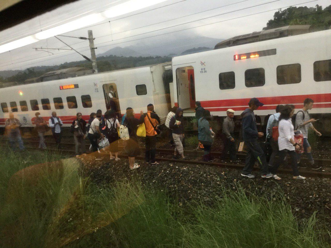 台鐵花東線發生出軌,立即疏散乘客。圖/慈濟志工提供