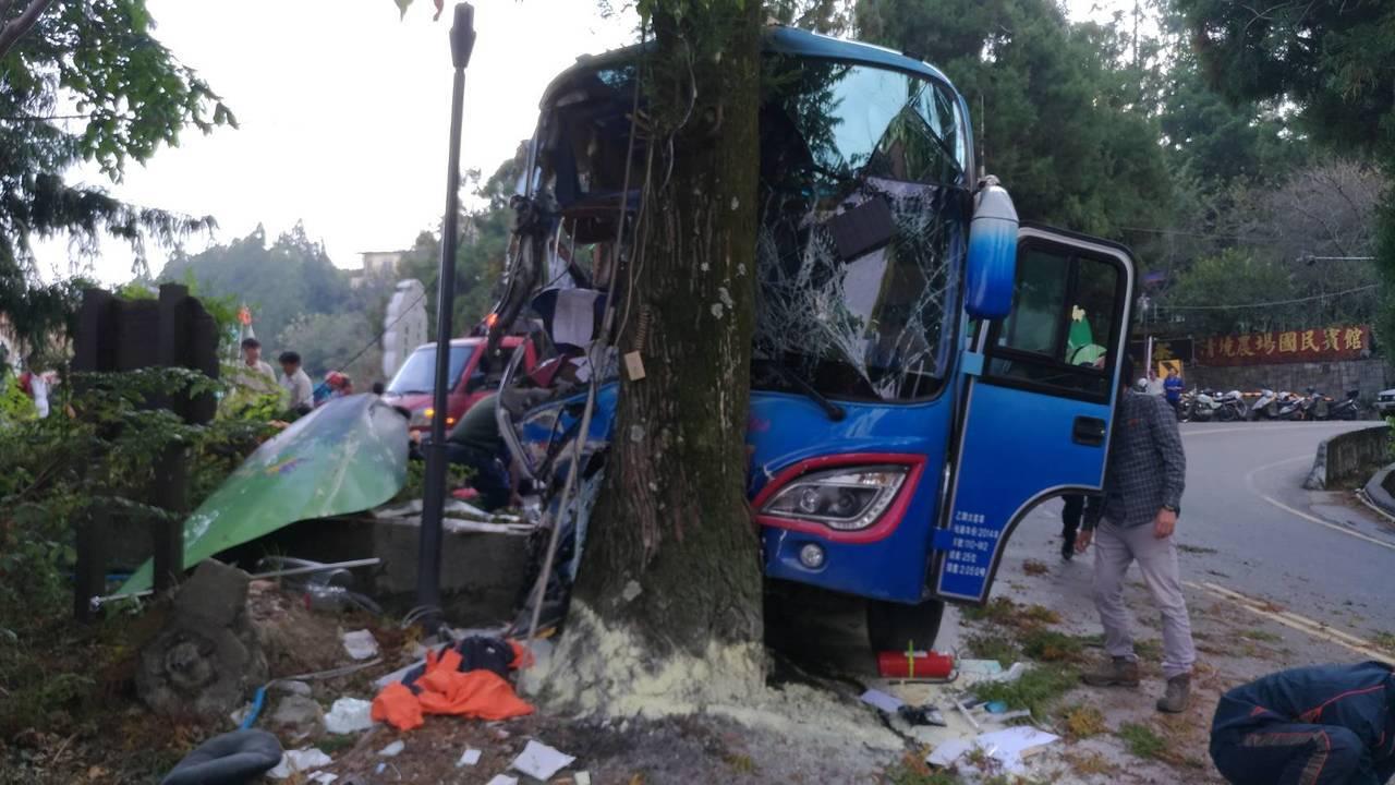1輛中型巴士今天在清境農場國民賓館前高速撞上路樹,車頭撞到稀爛。圖/消防局提供