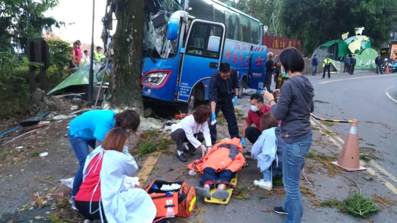 中型巴士在清境農場撞上路樹,受傷遊客在路旁哀號。圖/消防局提共