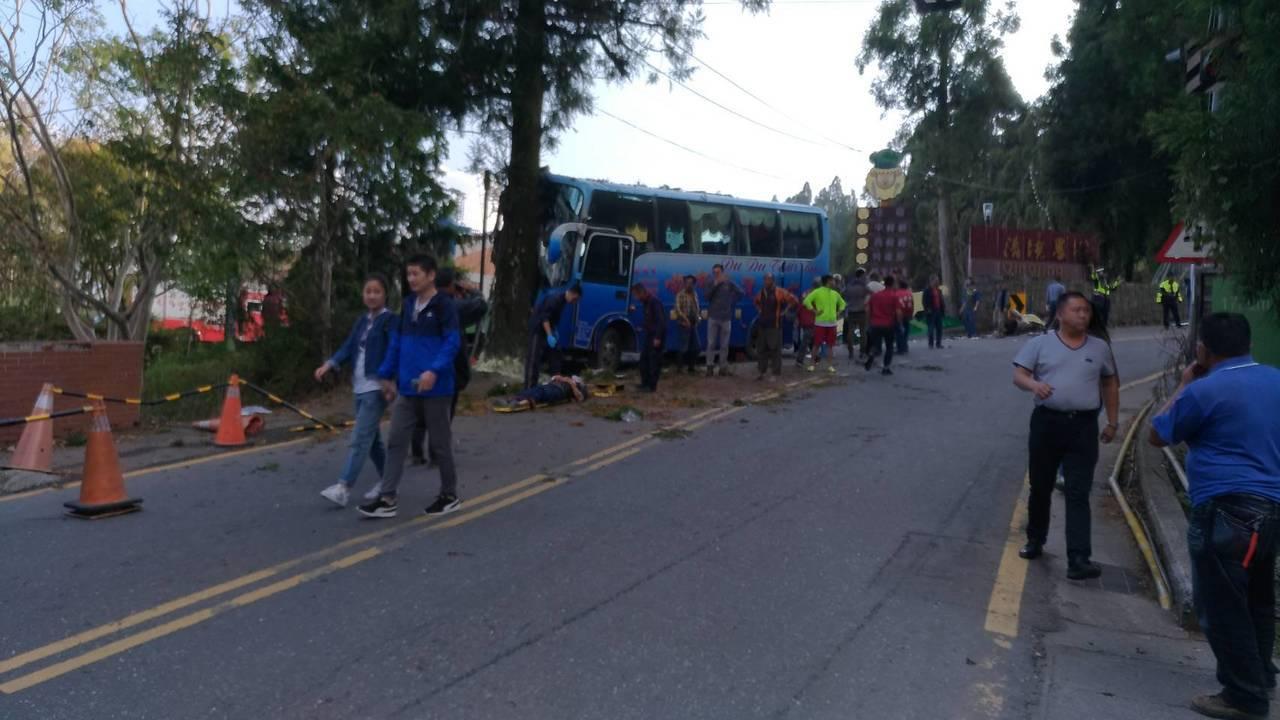 中型巴士下午在清境農場的台14甲線撞上路樹,車禍現場一片混亂。圖/消防局提供