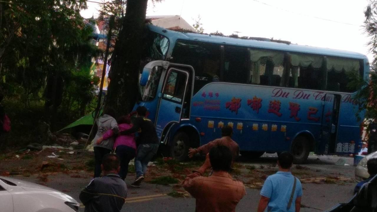 來自高雄的中型巴士,下午在清境農場撞上路樹。圖/消防局提供