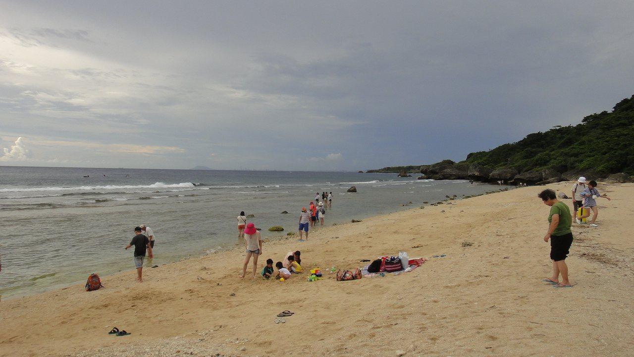 屏東小琉球烏鬼洞北面的蛤板灣,近年來因美景有如威尼斯沙灘,被外界喻為祕境。記者蔣...