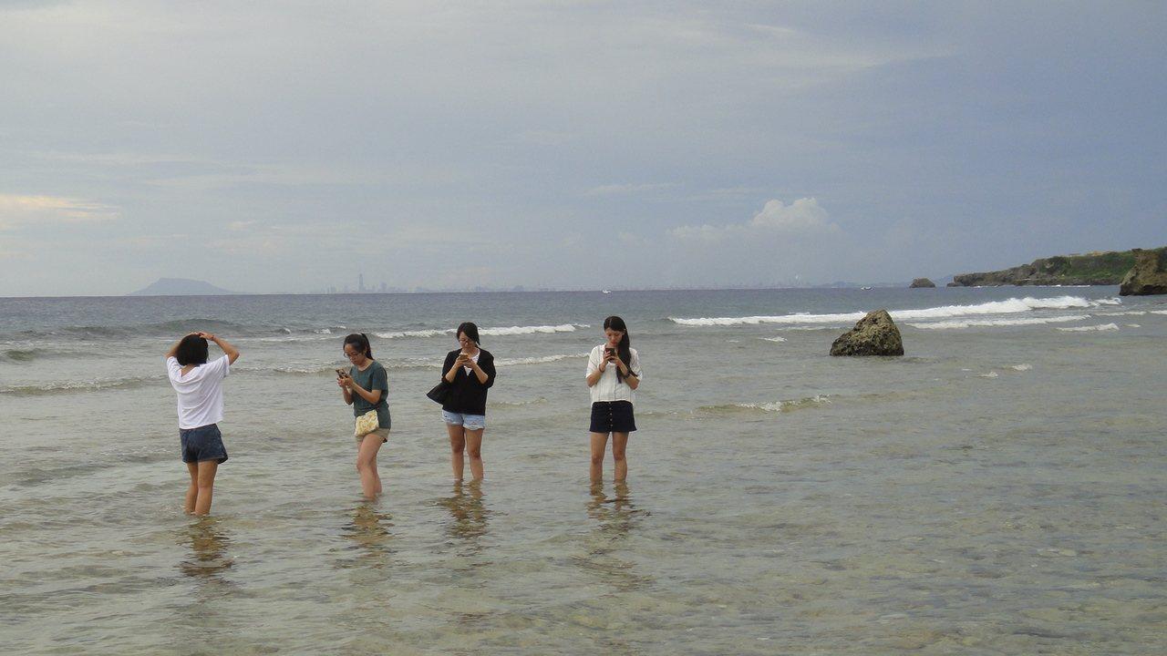 小琉球蛤板灣被外界喻為祕境威尼斯沙灘,吸引不少遊客慕名前往。記者蔣繼平/攝影