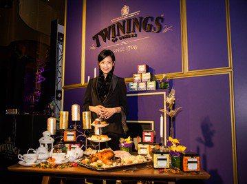 好茶該怎麼泡出對應的香氣與口感?讓賴雅妍告訴你!剛取得英國皇室御用唐寧茶品牌大使認證的她,簡要示範泡茶的關鍵程序,一是溫杯,接著放入5公克的茶、沖入熱水、靜候5分鐘,不須回沖,飲茶時掌握「先看、再聞...