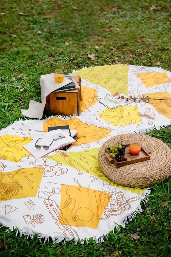 11月8日推出萬用毯,可批在肩上保暖,當作野餐坐墊也極具風格。圖/全家提供
