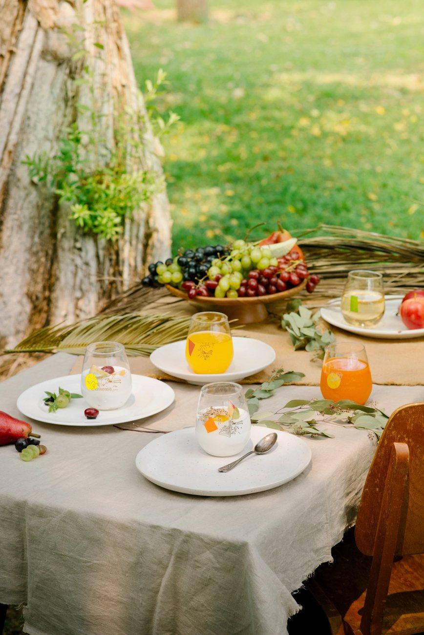 啵啵杯加入氣泡飲、果汁後,唯美造型更替野餐料理加分。圖/全家提供