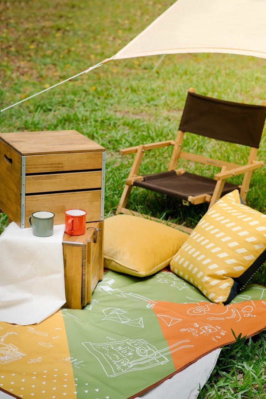 11月8日推出野餐墊,有收納、防水機能,野餐最實用。圖/全家提供
