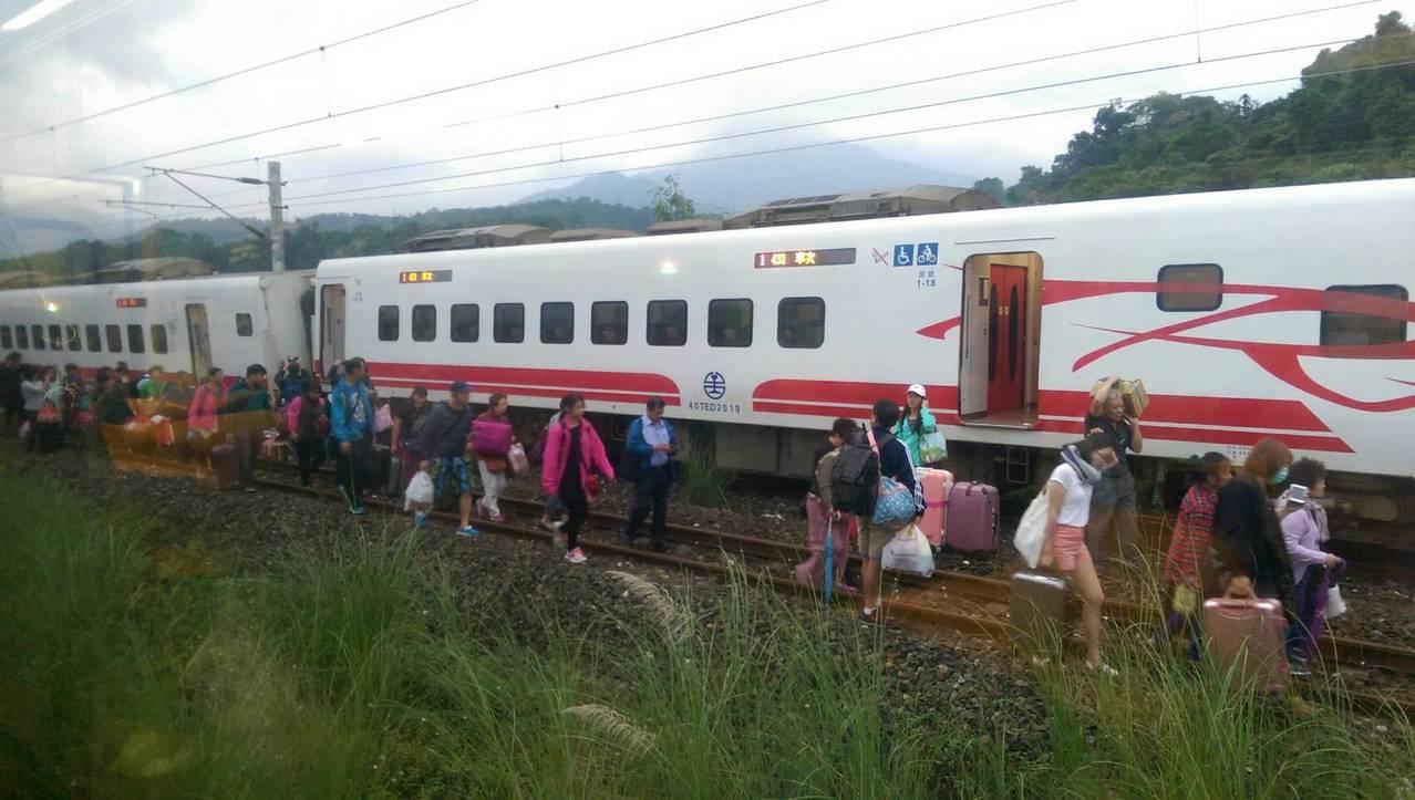 乘客只能徒步走到月台。圖/民眾提供