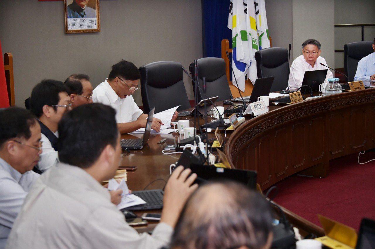台北市長柯文哲今下午主持公安督導會報時,卻語出驚人表示,自己參加20場老人共餐,...