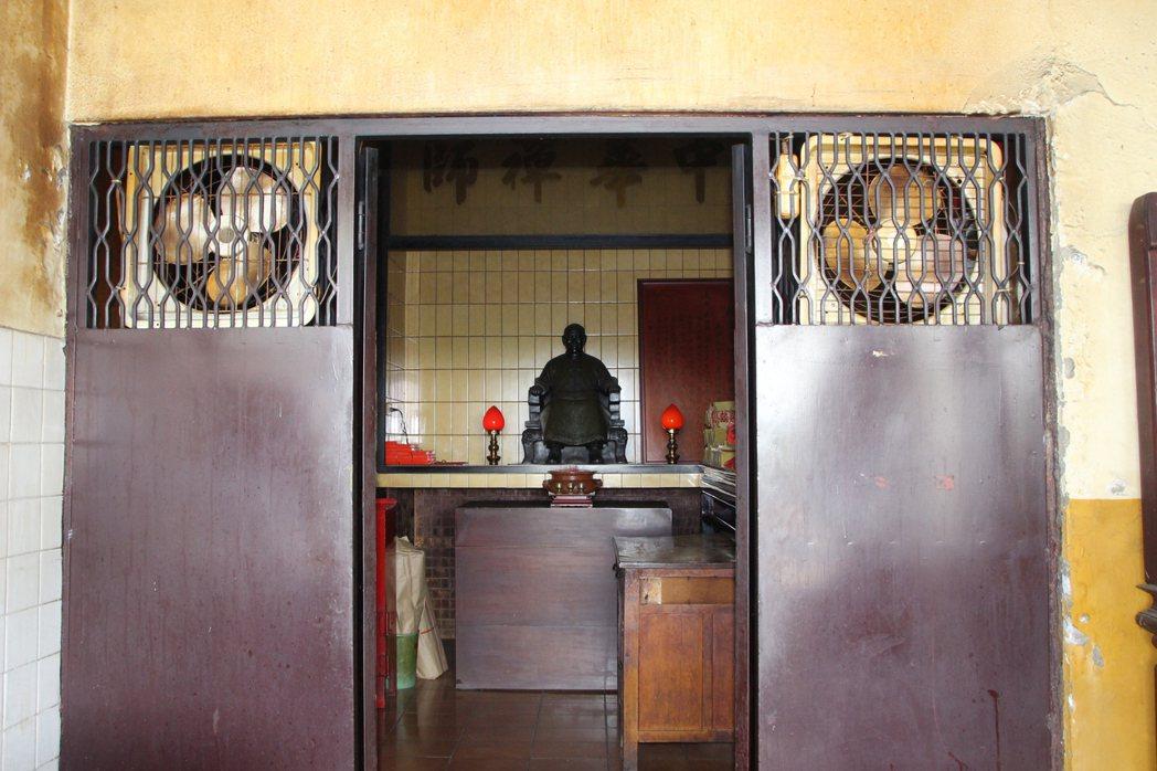 花壇金盾城隍廟供奉蔣公銅像。記者林敬家/攝影
