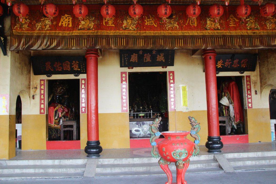 花壇金盾城隍廟主祀城隍爺,側廂房供奉蔣公銅像。記者林敬家/攝影