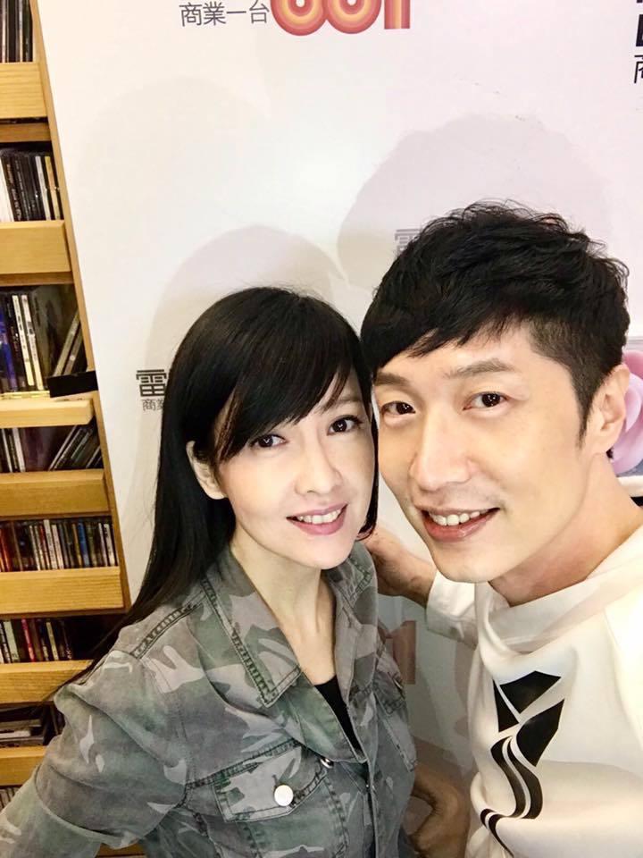 周慧敏在香港商業電台接受馬浚偉訪問。圖/摘自臉書