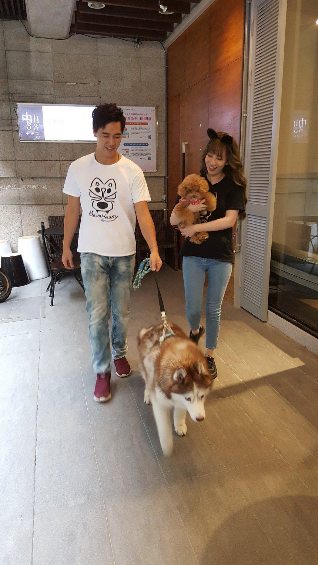 惟毅(左)和張艾亞主持毛小孩節目「毛起來呷」。記者林怡秀/攝影