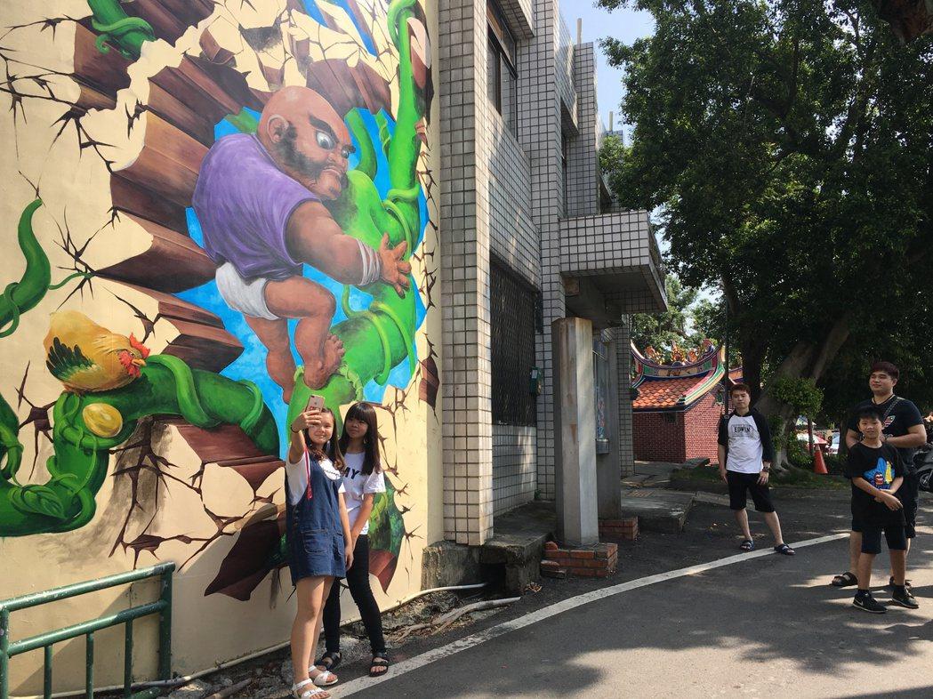 今年剛完工、全台最大的4D彩繪牆「綠野仙蹤」,打破了3D限制,立體的彩繪圖案讓稻...