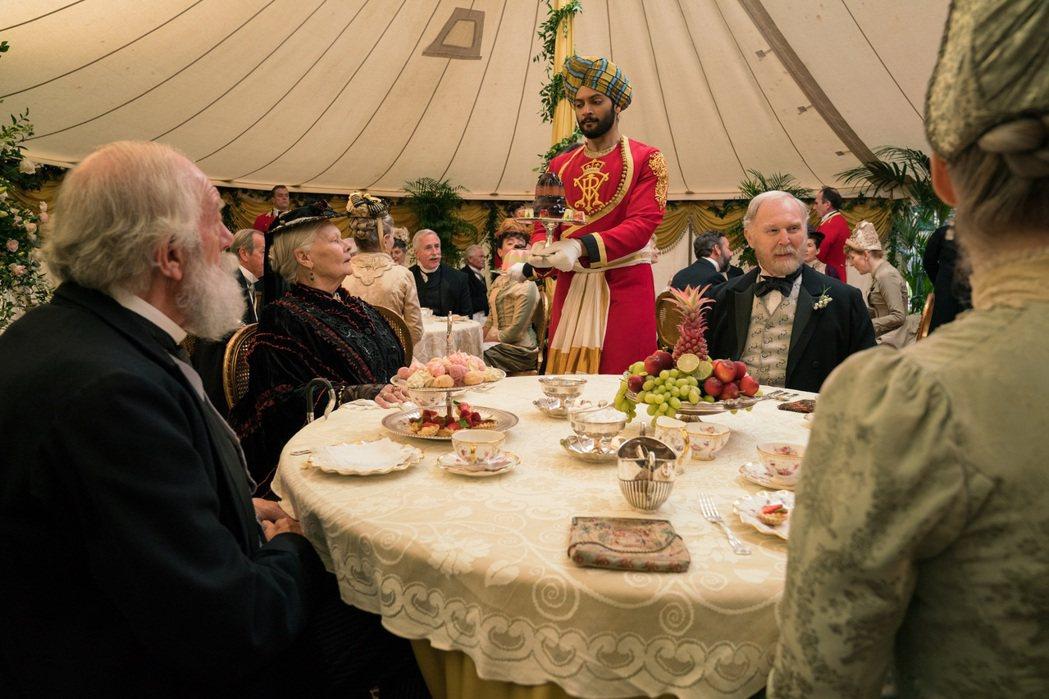 茱蒂丹契在「女王與知己」中再度扮演女王。圖/UIP提供