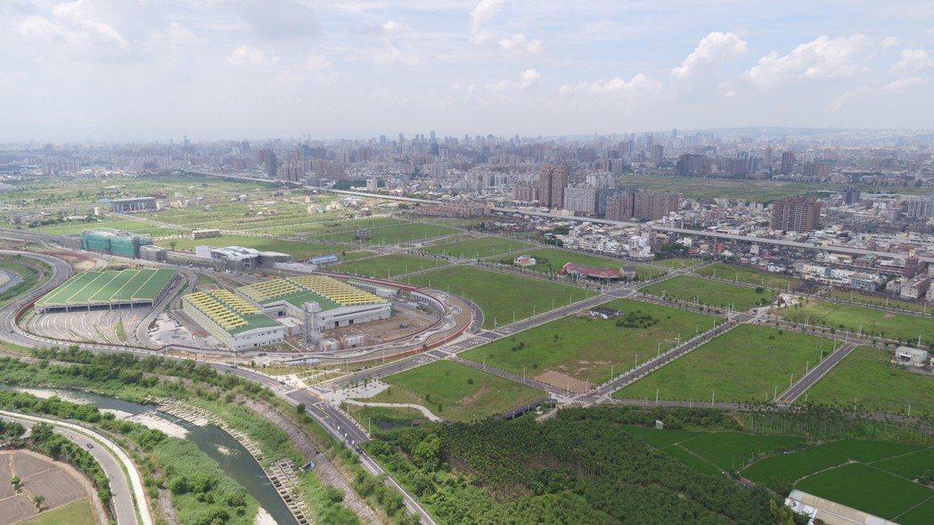 隨著台中捷運綠線明年試營運,最北端的G0站、以及緊鄰的特定商業區周邊土地價格節節...