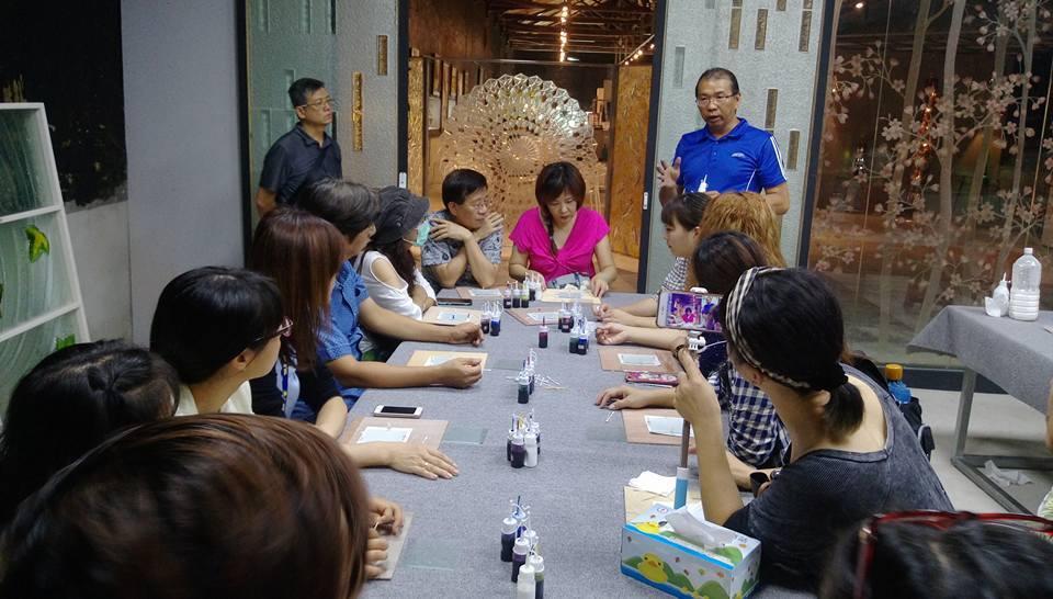 玻璃藝術工作者陳宗漢(圖右藍衣者),在玻璃文創館不定期開DIY課程,讓民眾親近玻...