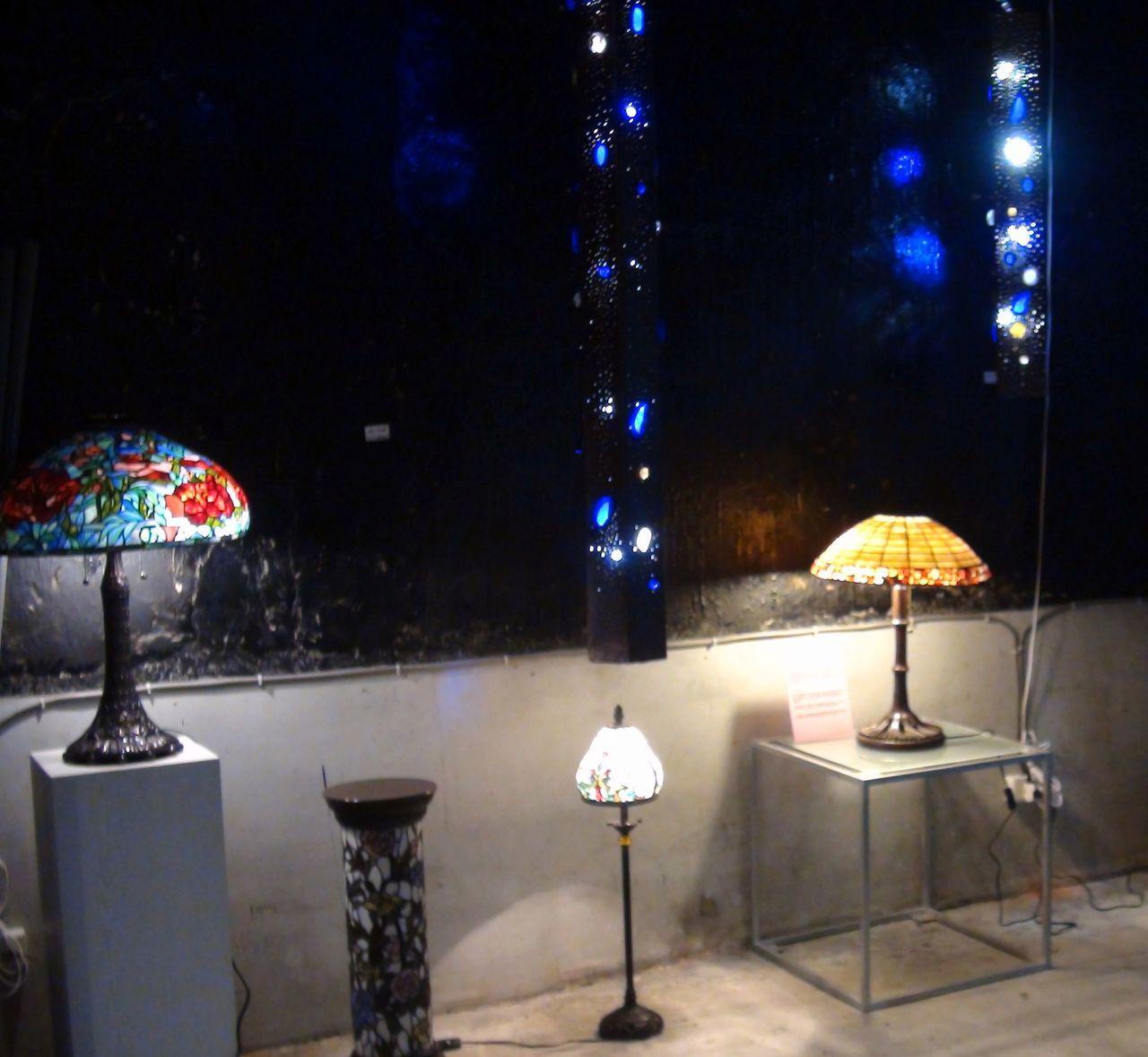乘光白利用複合媒材創造的燈飾,營造銀河星空的浪漫氛圍。記者王昭月/攝影