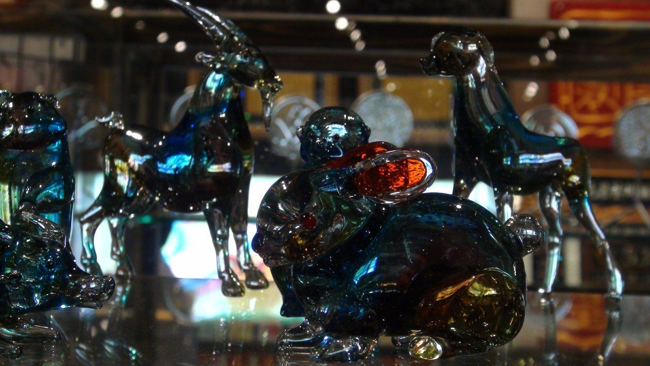 陳宗漢的12生肖玻璃文創品,已做到琉璃相仿的質感。記者王昭月/攝影