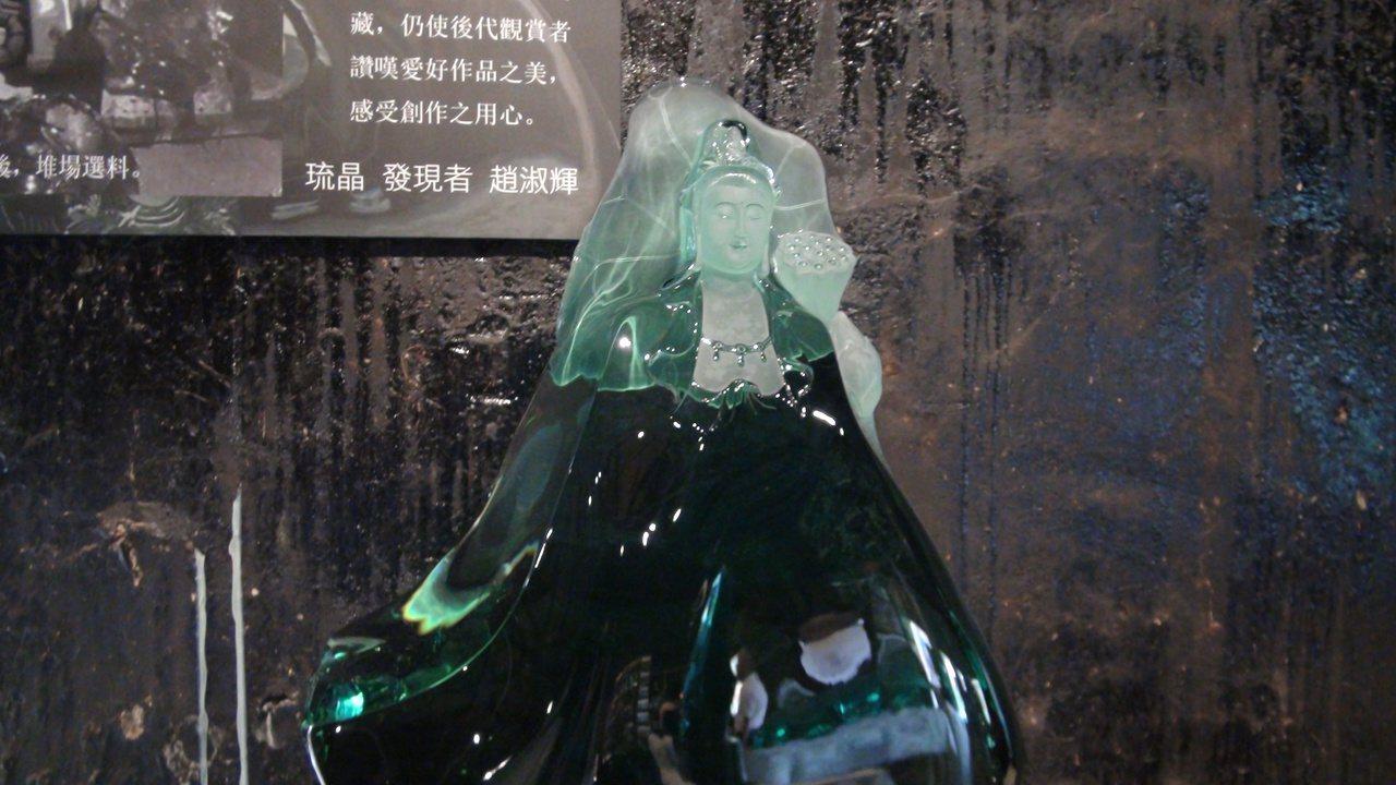趙淑輝以琉璃拆爐後的晶石再雕製觀音等神像,成為獨一無二的「琉晶」珍品。記者王昭月...