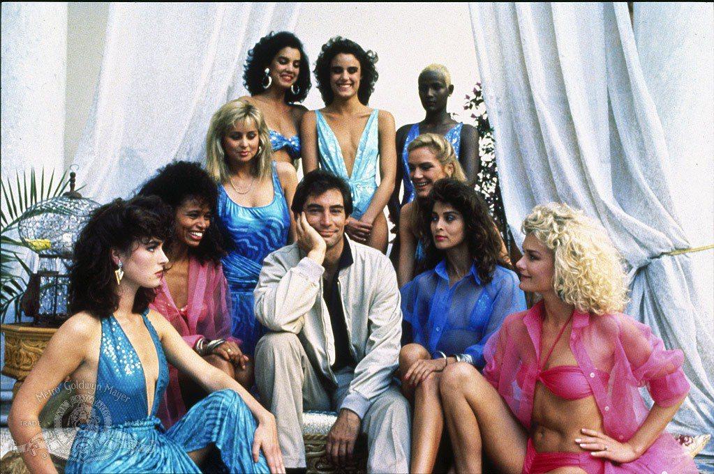 提摩西達頓片中感情戲尺度保守,拍宣傳照身旁還是圍繞一大堆美女。派翠西亞琪馥(右三