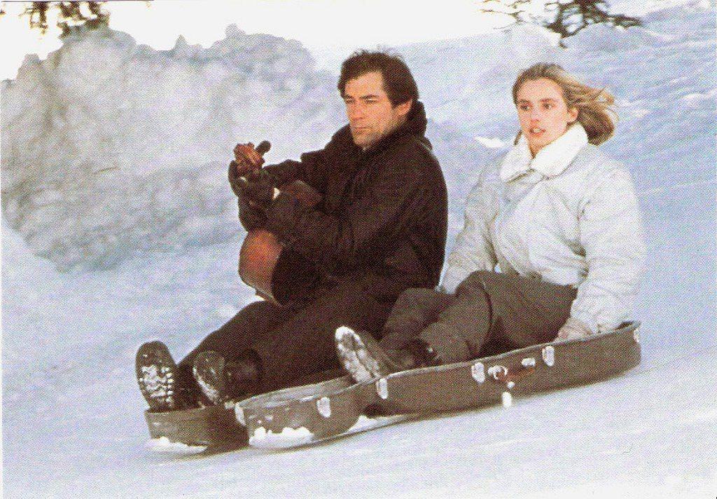 提摩西達頓與瑪莉安妲波在「黎明生機」把大提琴盒蓋當雪橇。圖/摘自imdb